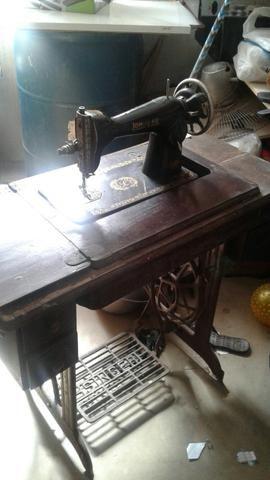 Vendo uma máquina de costura e um dos ferro de passar antigos
