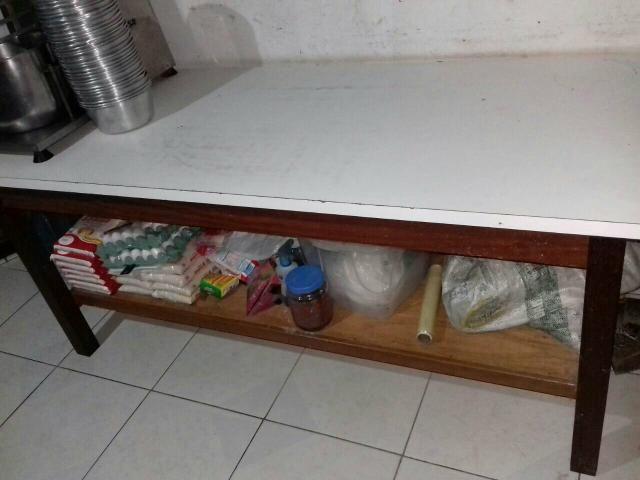 Mesa de.madeira forrada com formica branca