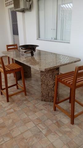 Mesa de granito com 4 bancos de madeira
