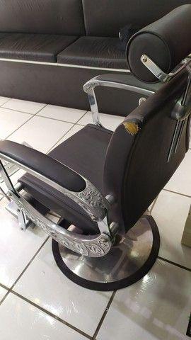 Vendo cadeira de barbeiro - Foto 2