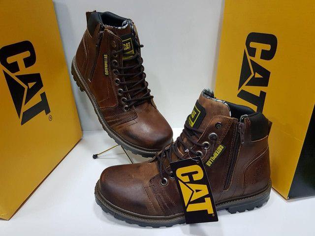 Calçados novos na caixa....bota e chinelo