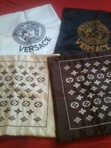 Quatro capas de almofadas bordadas
