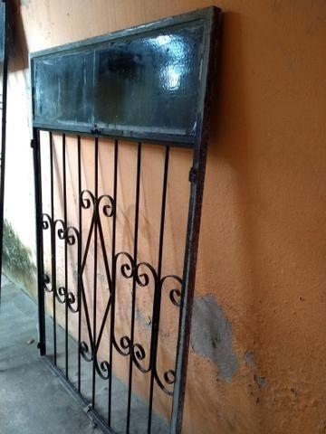 Vendo portão e janela de ferro