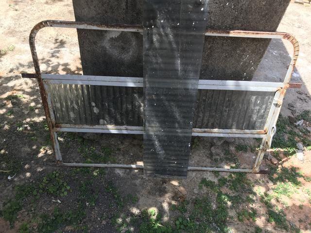 Vende-se basculante para banheiro em ferro e vidro
