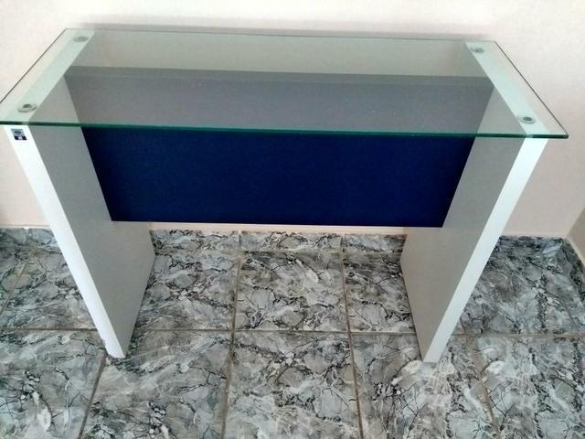 Mesa de apoio versátil com vidro.