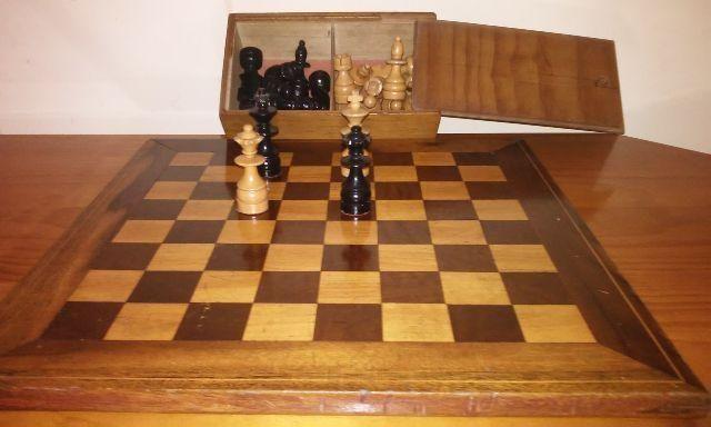 Tabuleiro de xadrez todo em madeira barato 150,00reais