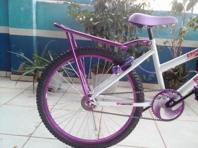 Bicicleta Aro 24 Feminina c/ Bagageiro, Branco c/ Violeta - Foto 4