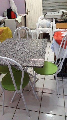 Mesa com 4 cadeiras .