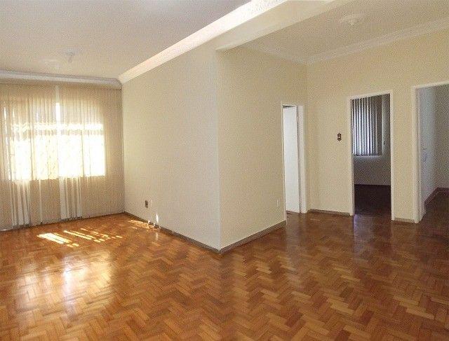 Apartamento grande, 3 quartos, localização estratégica e privilegiada, silencioso.