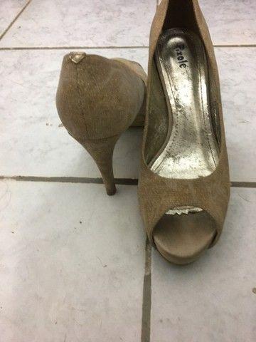 Sapatos dourado - Foto 2