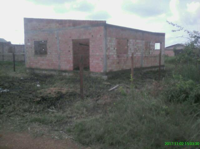 Vende se um terreno com uma casa em construção