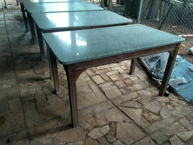 Mesas em madeira e mármore