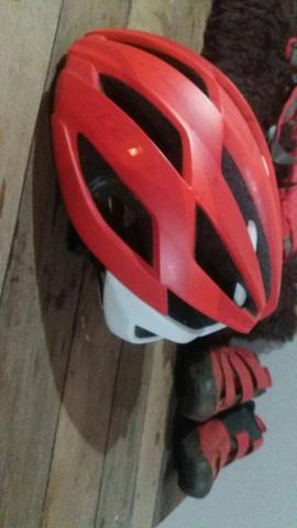 Capacete , camelback, sapatilha, pedal