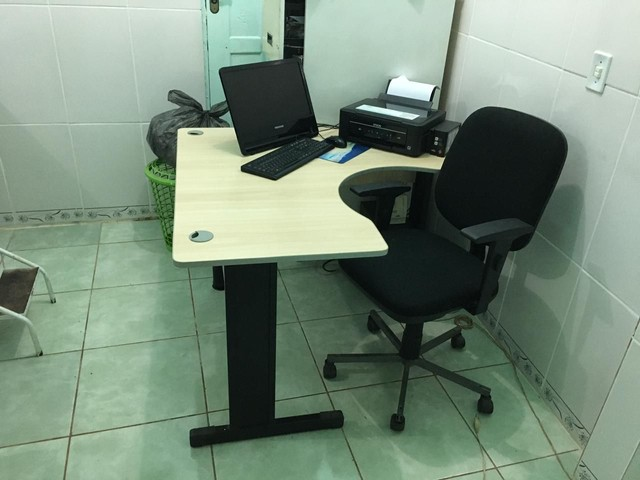 Mesa de escritório com cadeira - Foto 2