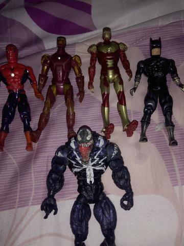 Bonecos do homen de ferro e do homen aranha
