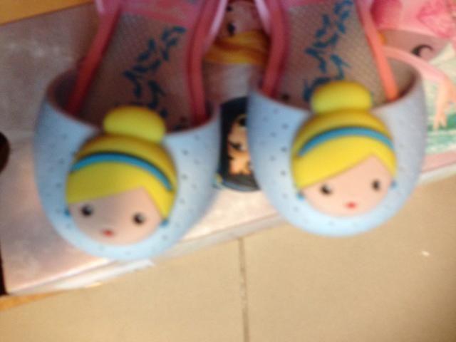 Sandália Princesas azul bebê com rosa bebê tam 17/18 (nova na caixa)