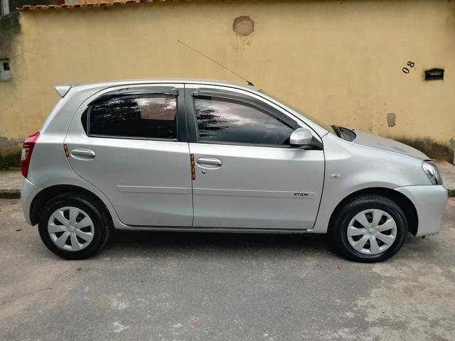Toyota Etios hatch 1.3x prata 15/15 em Juiz de Fora -MG