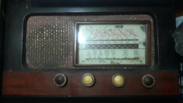 Rádio de válvulas em madeira funcionando raridade