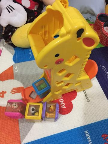 Brinquedos Fisher Price girafa encaixe borboleta chocalho jacaré