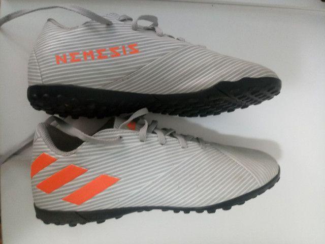 Chuteira Society Juvenil Adidas Nemeziz - Cinza<br> - Foto 2