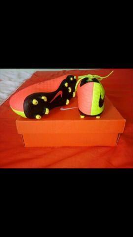 Chuteira Nike Hypervenom. . Semi nova