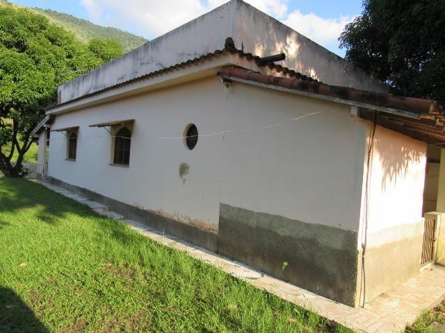 Caetano Imóveis - Sítio com 3.000m², com casa sede de 3 quartos e muito verde (confira!)