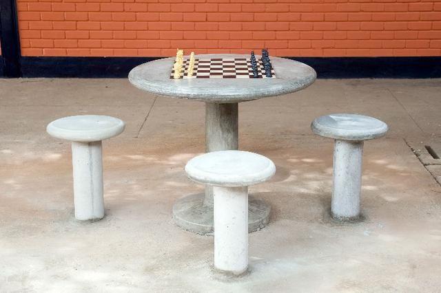 Mesa em Concreto com Tabuleiro para Xadrez e 4 Banquetas