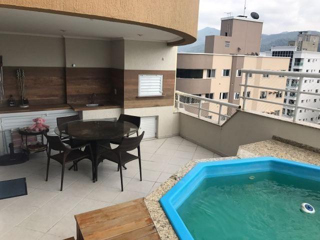 Com piscina privativa e sacada gourmet, cobertura duplex mobiliada à venda em Meia Praia