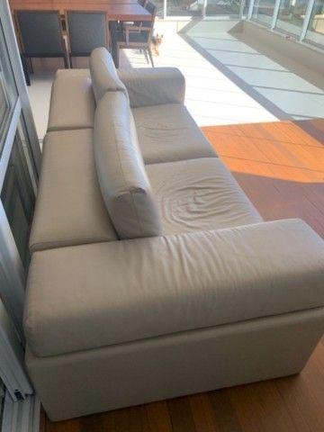 Sofá em couro  legítimo cor Fendi claro - Foto 4