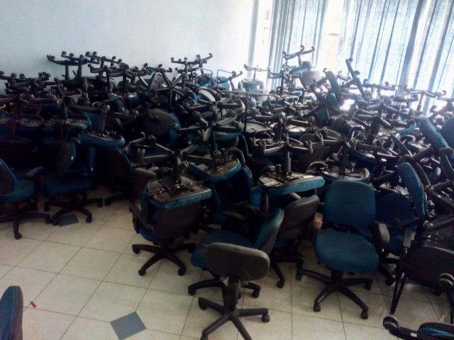 Cadeira secretária, na cor azul e cinza, usada, vendo o lote todo - Foto 5