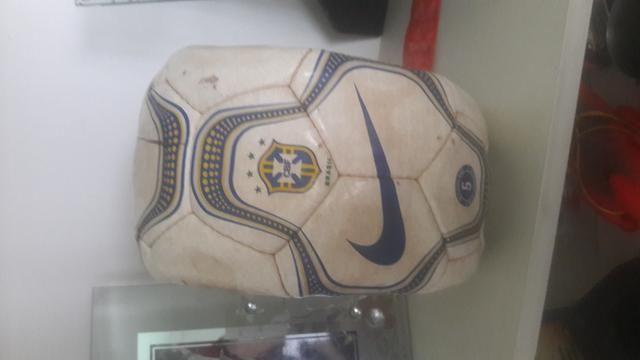 Bola de Futebol Relíquia da Copa do mundo da partida Brasil x Venezuela em São luis - Foto 3