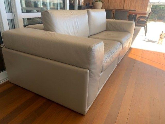 Sofá em couro  legítimo cor Fendi claro - Foto 2