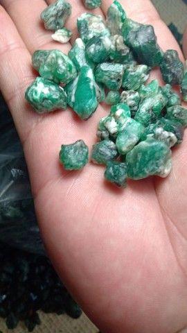 Vendo esmeraldas naturais brutas na grama ! - Foto 4