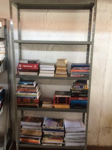Estante de ferro com livros