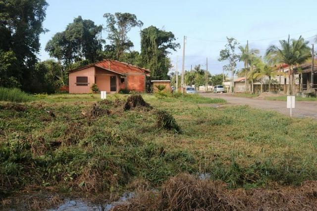 Terreno de esquina medindo 384 m² localizado na praia da Barra do Saí !!