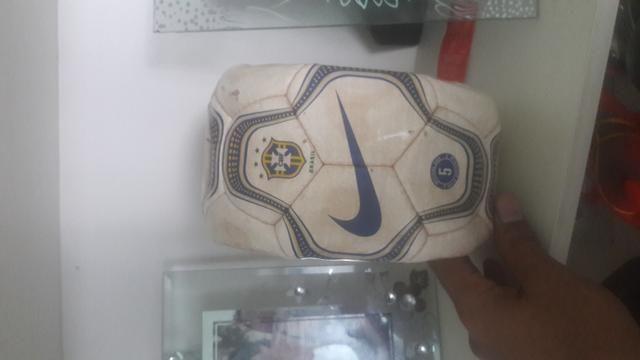 Bola de Futebol Relíquia da Copa do mundo da partida Brasil x Venezuela em São luis - Foto 5
