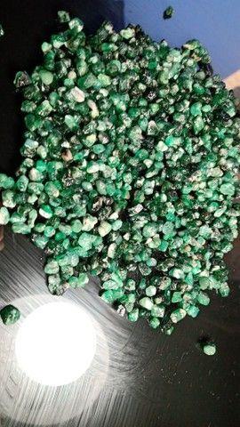 Vendo esmeraldas naturais brutas na grama !