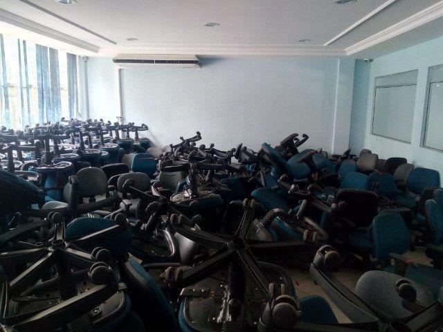 Cadeira secretária, na cor azul e cinza, usada, vendo o lote todo - Foto 6