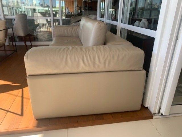 Sofá em couro  legítimo cor Fendi claro - Foto 3