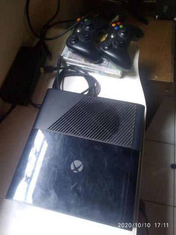 vendo Xbox 360 zero completo dos controles três jogos islim  - Foto 4