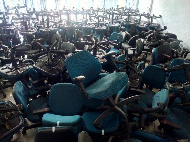 Cadeira secretária, na cor azul e cinza, usada, vendo o lote todo - Foto 3
