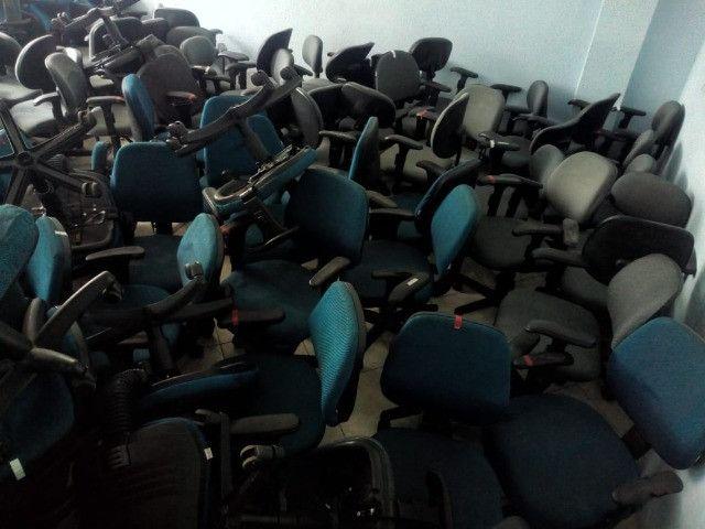 Cadeira secretária, na cor azul e cinza, usada, vendo o lote todo - Foto 2