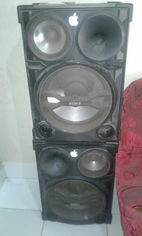 Duas caixas de som com a marca Sony e uma mesa de 6 canal