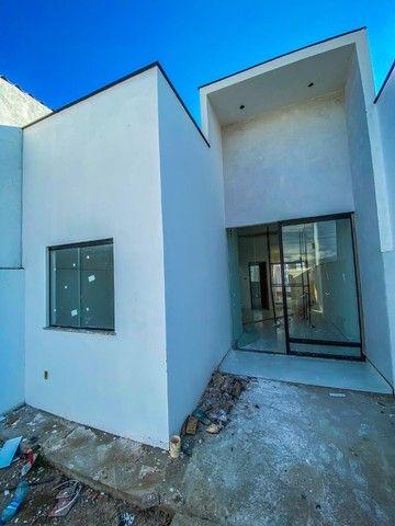 Casas de 2/4 com suíte, pé- direito duplo, fachada moderna, pronta para morar! - Foto 2