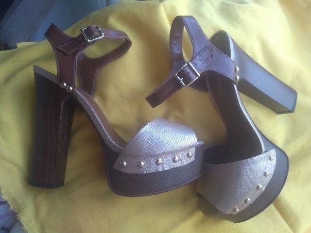 Sandálias de salto, nº 36 com desconto pra mãe sentir-se poderosa! - Foto 5