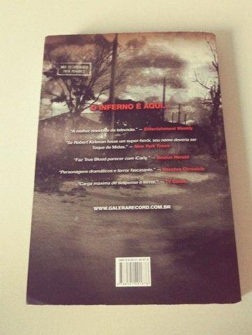 Livro The Walking Dead - O Caminho para Woodbury - Foto 2