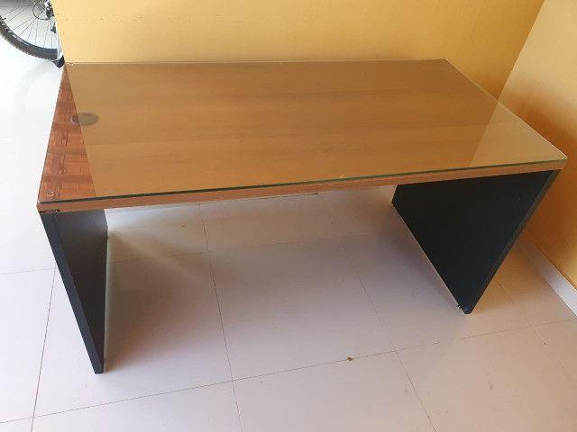Mesa para escritório em madeira com tampo de vidro