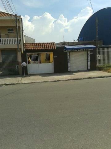 Troco casa em rua comercial