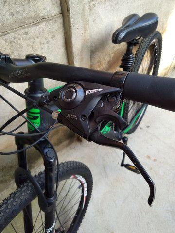 Bike de trilha semi nova sem detalhes pouco usada - Foto 2