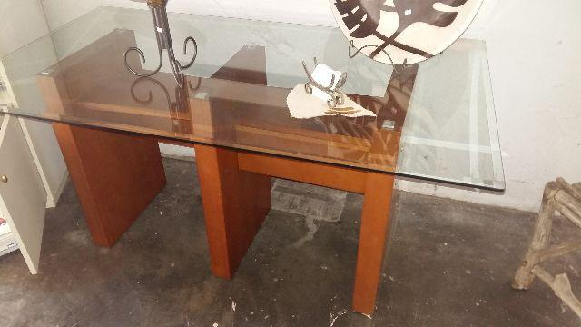 Mesa com pés em madeira e tampo de vidro